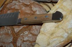 Santokumesser (Güde Alpha Fasseiche) auf Brot
