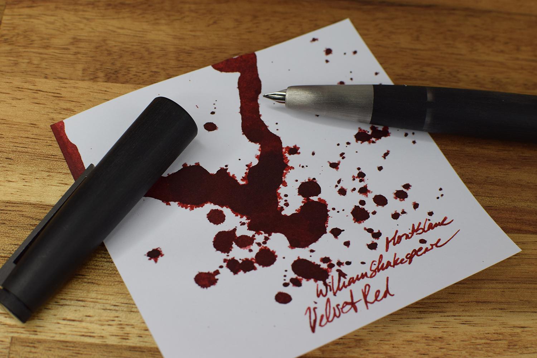 Tintentest Montblanc William Shakespeare Velvet Red: Lamy 2000 & Tintenspritzer auf Kopierpapier