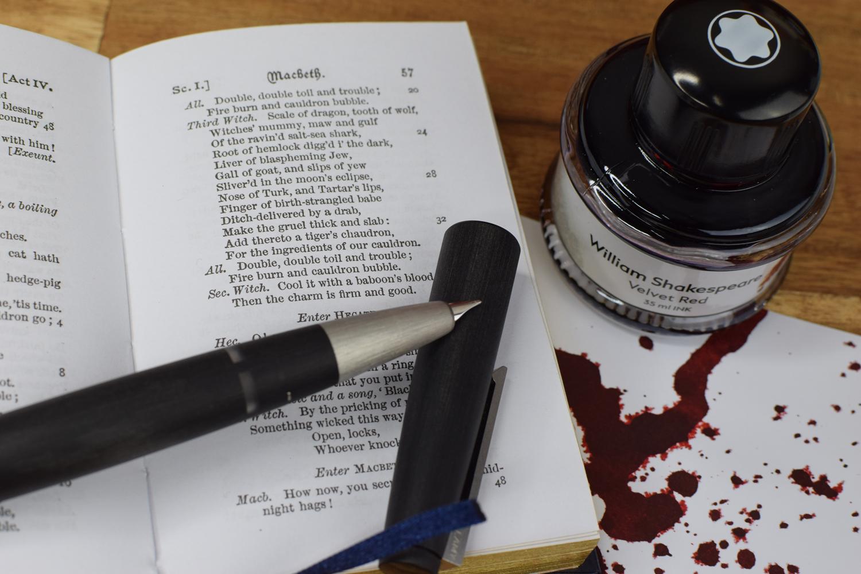 Tintentest Montblanc William Shakespeare Velvet Red: Lamy 2000, Macbeth & Tintenspritzer auf Kopierpapier