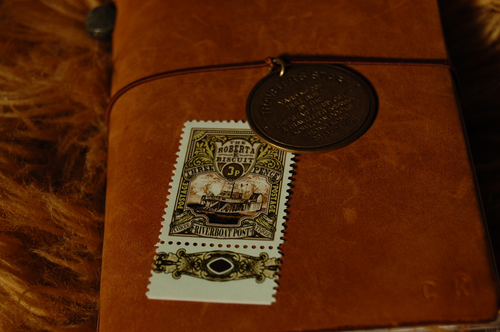 "Midori Traveler's Notebook: Limited ""Traveler's Star Edition"" mit Discworldbriefmarke ""Riverboat Post"""