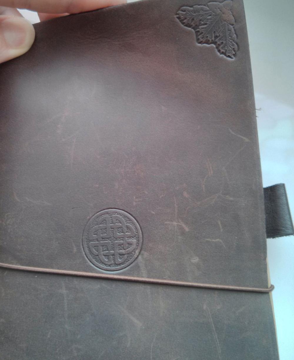 Midori Traveler's Notebook (braun) mit Prägungen
